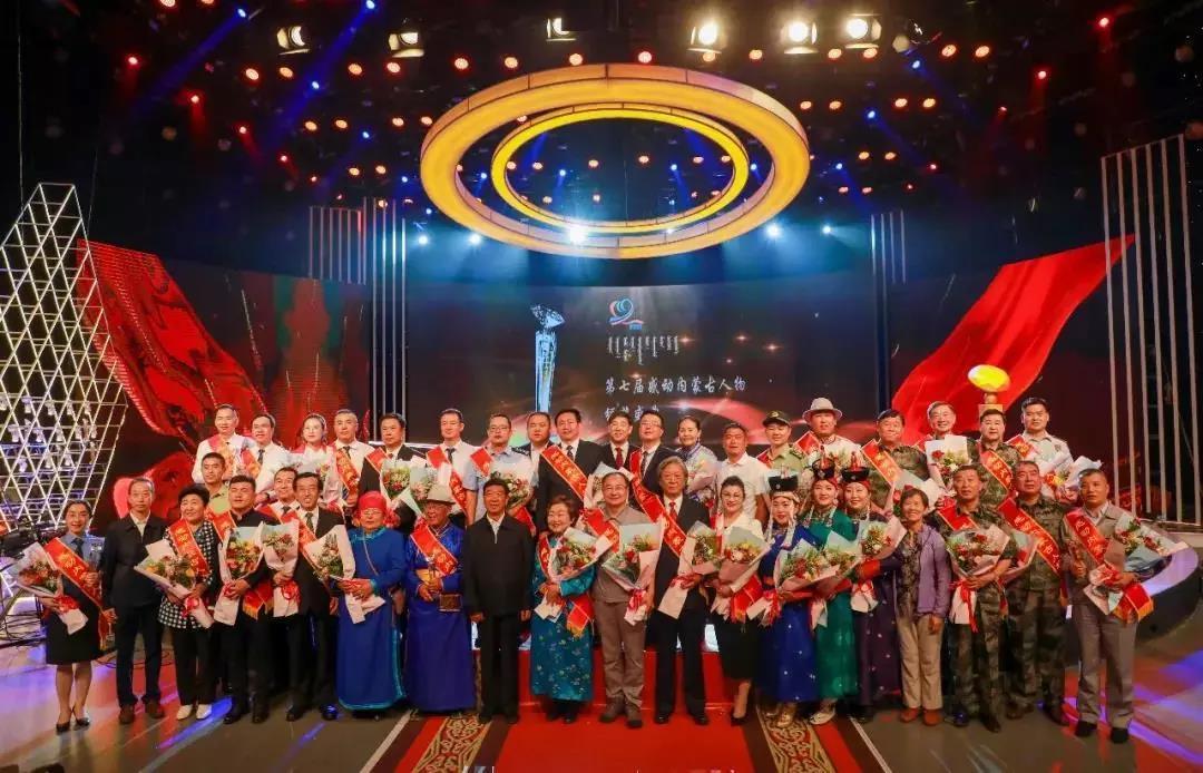 《震撼民族心 感动大草原》 ——祝贺yabo2453亚博下载app董事长胡泽锋被评为十大感动内蒙古人物